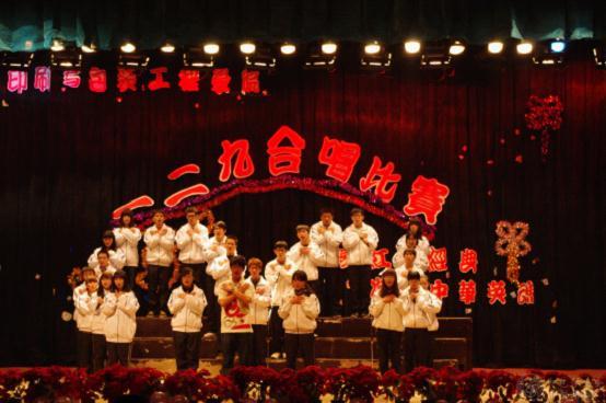 各种有寓意的队形,声情并茂的朗诵,武术等巧妙地融入到大合唱比赛中图片